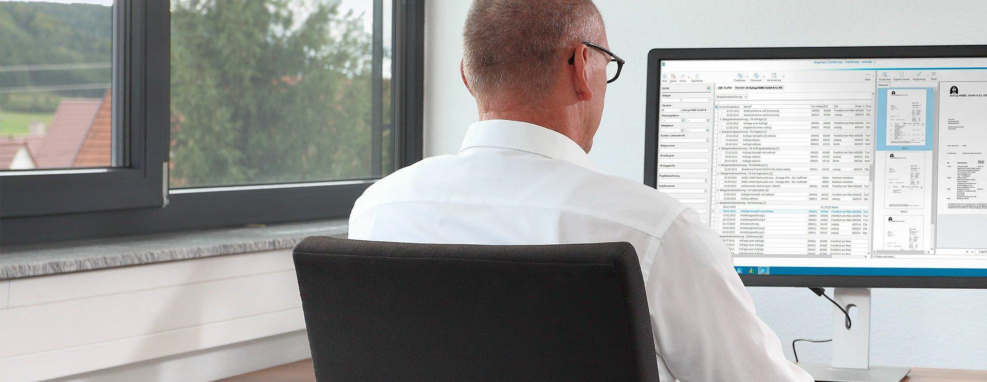 mitarbeiter recherchiert dokument mit dms proxess habel